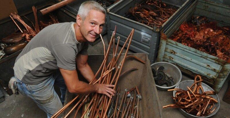 Im Lager für Kupferschrott der Firma Max Gehrt schneidet Dietmar Kristek die Rohre vor dem Einlagern in die Palette in kleine Teile.