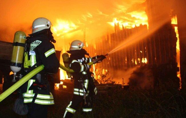 Stundenlang kämpften die Feuerwehren in Schönheide gegen das Flammeninferno. Erst Donnerstagnachmittag waren alle Glutnester gelöscht.