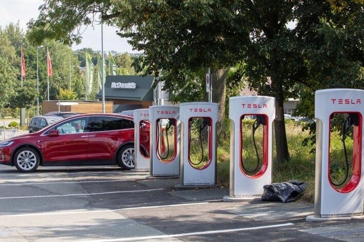 Unweit des McDonald's-Parkplatzes hat Tesla Schnellladesäulen installieren lassen, sie können nur von Tesla-Fahrzeugen genutzt werden.