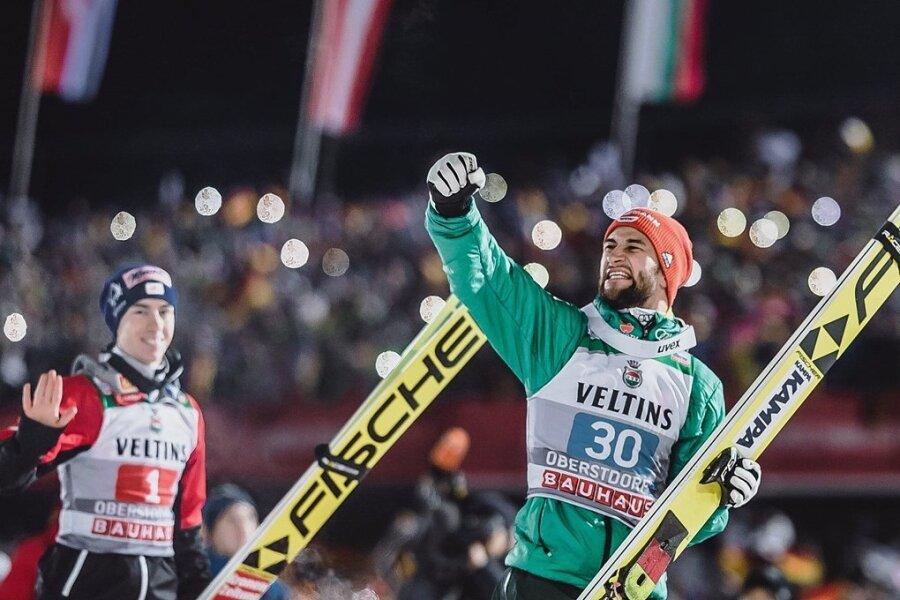 Markus Eisenbichler auf dem Weg zum Siegerpodest, hinter ihm der drittplatzierte Österreicher Stefan Kraft.