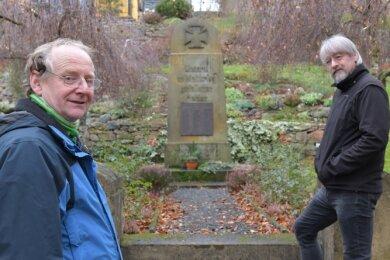 Gunther Zschommler (l.) und Volker Scharf am Ehrenmahl für die Gefallenen der beiden Weltkriege in Großschirma.