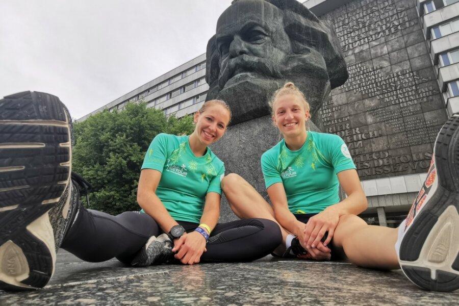 """Die Chemnitzer Sportlerinnen Stefanie Zelt (links) und Lucile Peroche nehmen an der Laufkultour teil, die am heutigen Freitag startet. Mit dem Projekt sammelt der gleichnamige Verein Geld für die """"Aktion Benni & Co"""", die sich für an einer Muskelschwäche erkrankte Kinder einsetzt."""