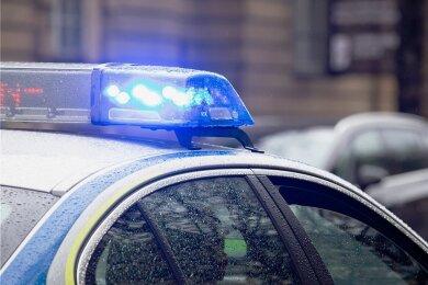 Die B 92 in Elsterberg war am Freitagabend von etwa 18 bis nach 20 Uhr wegen eines Unfalls voll gesperrt. Foto: Alexander Pohl/imago