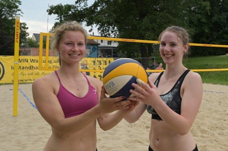 Sina Ehrhardt (links) und Julia Wolf vom FSV Reichenbach sicherten sich beim Frauenturnier den zweiten Platz.