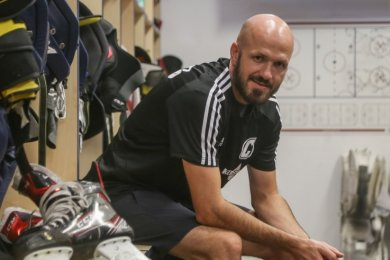 Die Schlittschuhe wird er noch regelmäßig anziehen, doch auch die Taktiktafel (hinten an der Wand) gehört nun zu seinen Arbeitsmitteln: Jiri Charousek ist neuer Spielertrainer von Eishockey-Regionalligist Crashers.