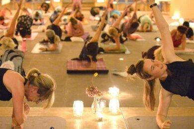 Jana und Sandra Wolf (v. l.) vom Ladycenter in Freiberg (v. l.) forderten die Teilnehmerinnen beim Core-Training.