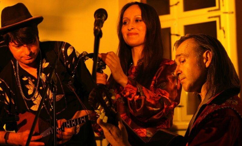 Natascha Osterkorn begeisterte gemeinsam mit ihren beiden Musikern Oljeg Matrosov (l.) und Vadim Kulitzkii am Freitagabend die Gäste im Festsaal des Schwarzenberger Schlosses.