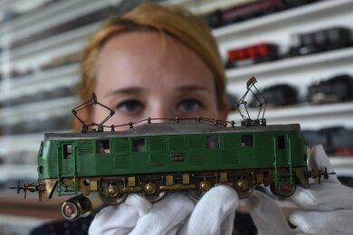 Elektromobilität wird derzeit hochgehalten (hier von einer Mitarbeiterin des Esche-Museums Limbach-Oberfrohna, das über eine Modellbahnsammlung verfügt). Politisch Verantwortliche des Vogtlandes kämpfen indes bislang vergebens um die weitere Elektrifizierung einer grenzüberschreitenden Bahnstrecke.