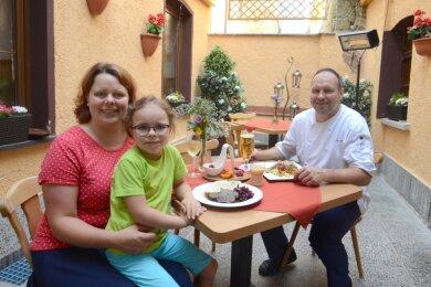Vor allem das Wegbrechen der Familienfeiern macht Gastwirten wie Ria und Christian Weller (im Bild mit Tochter Frida) zu schaffen.