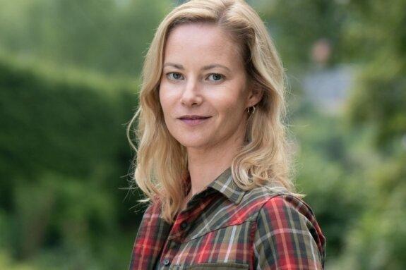 """Teresa Weißbach ist im Erzgebirge aufgewachsen und spielt im neuen Erzgebirgskrimi """"Sterben statt erben"""", der im Auer Ortsteil Alberoda und Umgebung gedreht wurde, die Försterin Saskia Bergelt. Die Erzgebirger lieben die Krimireihe aus ihrer Heimat. Nur bemängeln sie, dass eher Chemnitzer Dialekt statt Erzgebirgisch gesprochen wird."""