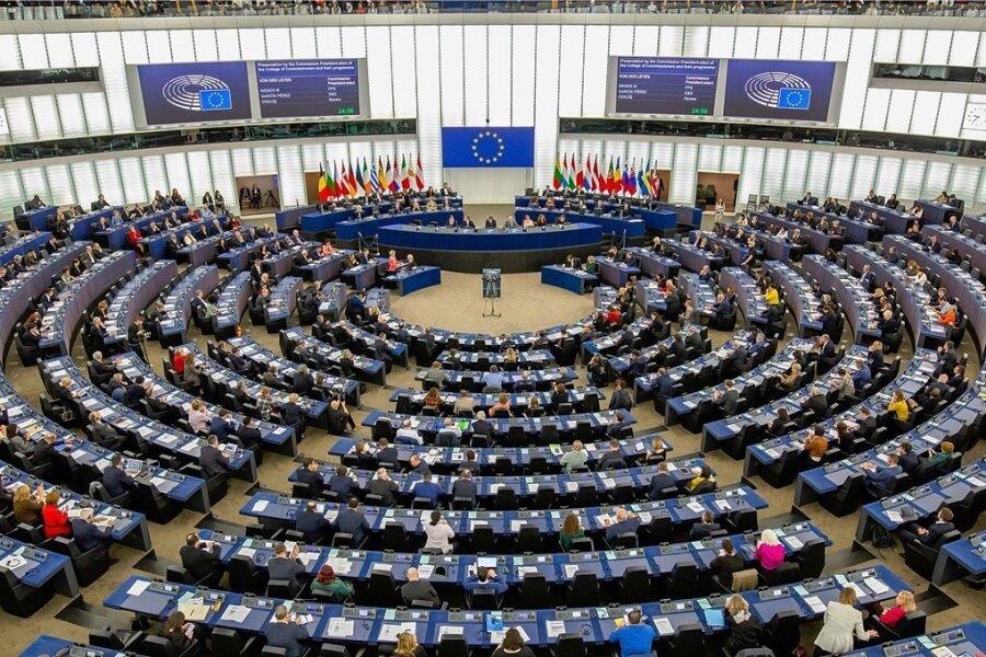 Der Plenarsaal des Europäischen Parlaments im französischen Straßburg - bei einer Sitzung im November, vor Beginn der Coronapandemie. Jetzt müssen die Abgeordneten Abstand halten.