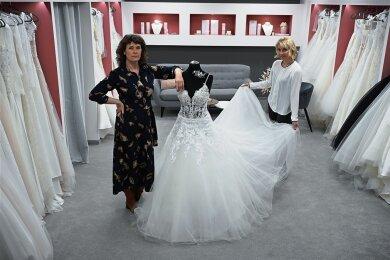 Jacqueline Exel (links) und Anja Jungen betreiben ein Brautmodegeschäft und eine Agentur für Hochzeitsplanungen. Die enge Verzahnung beider Geschäftsbereiche hindert sie an der Beantragung von Coronahilfen. l