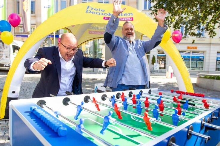 Direktkandidat André Ludwig (rechts) traf sich am Mittwoch auf eine Partie Kicker mit dem FDP-Landeschef Frank Müller-Rosentritt.