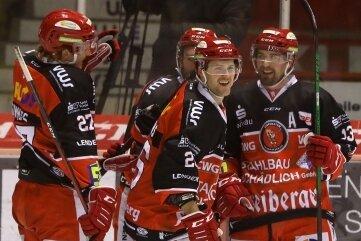Doppeltorschütze Timo Gams (vorn Mitte) freut sich über die Glückwünsche seiner Teamkameraden Kelly Summers (links) und André Schietzold (rechts).