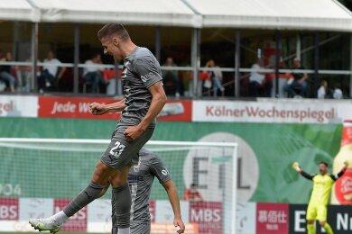 Jubelsprung nach Ausgleichstor: Marius Hauptmann nach dem 1:1. Im Hintergrund jubelt Johannes Brinkies.
