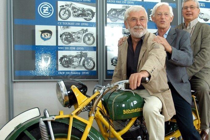 Die Gestalter der neuen Motorrad-Museumsausstellung Fritz Bonss, Manfred Gottschall und Siegfried Lorenz (v. l.) auf einer Böhmerland-Maschine.