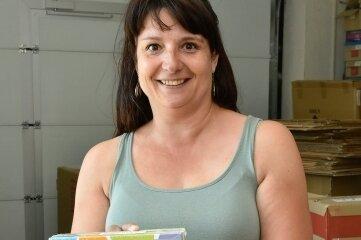 Manuela Popp bereitet den Versand von Schulbüchern vor.