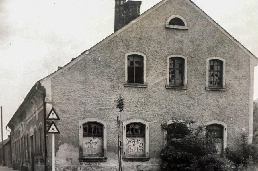 Der Essenstumpf zwischen Göltzsch und Lengenfelder Straße gehörte zu diesem Erweiterungsbau der einstigen Messingbrennhütte auf dem heutigen Hellwegmarkt-Gelände. Laut Lokalhistoriker Siegfried Walther wurde dieses Gebäude 1934 abgerissen.