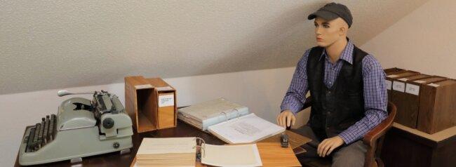 Dieter Uebe, der bereits verstorbene Vater des heutigen Museumsleiters, vererbte die Leidenschaft fürs Rote Kreuz und hinterließ eine fünf dicke Bände umfassende Chronik über die Helfer aus Beierfeld. Seine Schreibmaschine, auf der er viele Texte tippte, ist in der Sonderschau zu sehen.
