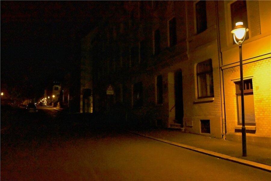 Wie Sie sehen, sehen Sie nichts. Nach der ersten Laterne auf der Weinholdstraße kurz nach dem Abzweig von der Bahnhofstraße steht die nächste erst nach dem Neuberinhaus. Dazwischen herrscht Dunkelheit.
