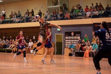 Anna-Lena Hausherr setzt im Auswärtsspiel gegen Wuppertal zum Wurf an. Mit elf Treffern war die Junioren-Nationalspielerin erfolgreichste Werferin des BSV Sachsen Zwickau. Sie verwandelte alle acht Siebenmeter.