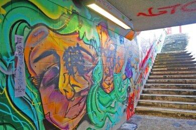 Einmal bemalt und dann immer wieder drübergesprüht: Die legale Graffitiwand im Fußgängertunnel sah schon einladender aus.