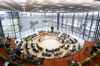 Die Abgeordneten sitzen im Sächsischen Landtag auf ihren Plätzen.