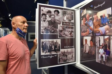 Frank Zimmermann aus Sachsen-Anhalt schaut sich die neue Sonderschau mit privaten Fotos von Sigmund Jähn und seiner Familie an. Für das Foto hat er den Mund- und Nasenschutz kurz heruntergezogen.
