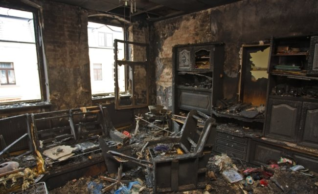 """<p class=""""artikelinhalt"""">Die Wohnung im zweiten Stock im Haus an der Wettinerstraße ist nach dem Brand nicht mehr bewohnbar. Das Feuer hat Möbel und Schränke völlig zerstört. </p>"""