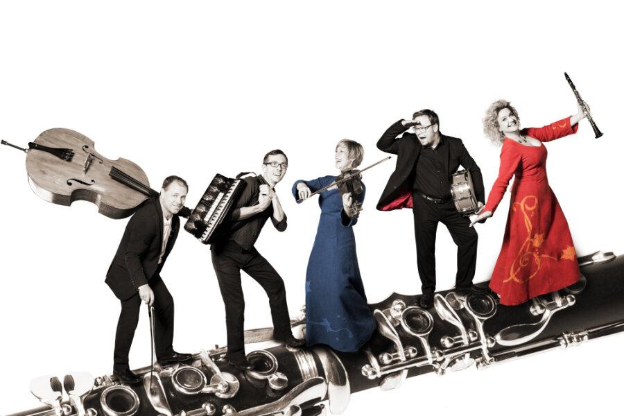Tino Scholz (Kontrabass), Hans-Richard Ludewig (Akkordeon), Kerstin Guzy (Geige), Michael Winkler (Schlagzeuge) und Anja Bachmann (Klarinette, v.l.) bilden die Freiberger Klezmer-Band Harts un Neschome, die am 21. Juli ab 21 Uhr ein Streamingkonzert im Internet gibt.