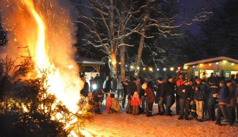 Genau 112 Tannenbäume wurden am Haus des Gastes in Vogelsgrün verfeuert.