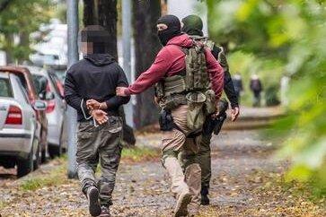 Am Nachmittag wurden in Chemnitz drei Personen vorläufig festgenommen. Nach Polizeiangaben wurden zwei Personen am Chemnitzer Hauptbahnhof verhaftet. Einen weiteren Einsatz gab es an der Mozartstraße.
