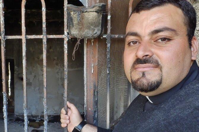 Priester Madschid vor seinem Haus: Die Terrormiliz IS hat mehr als die Hälfte der Gebäude in der Christen-Hochburg Karakosch zerstört.