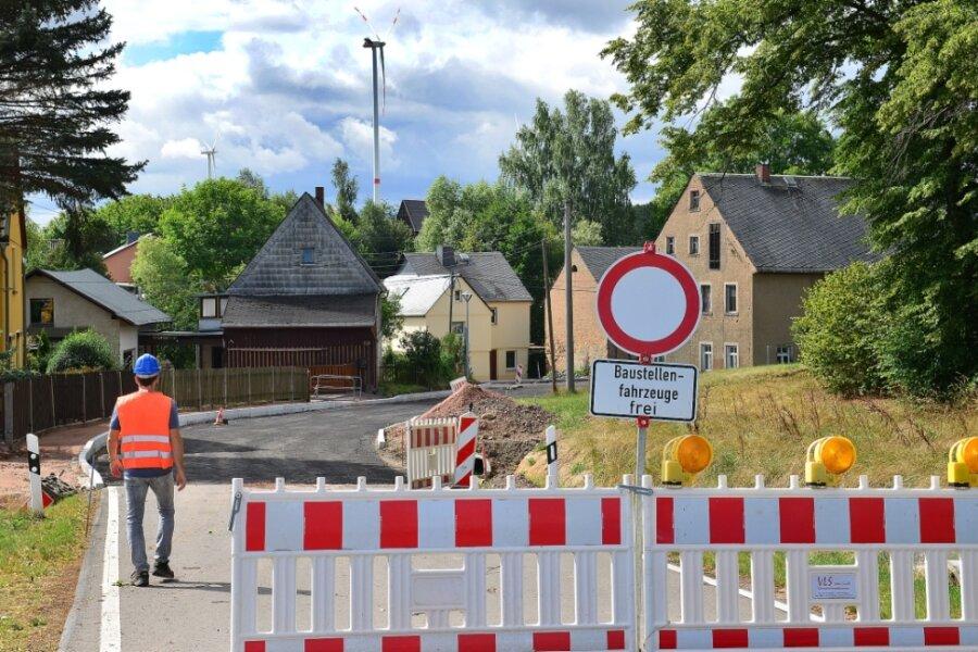 Im Kriebsteiner Ortsteil Höckendorf wird weiter an der Ortsdurchfahrt (Hauptstraße). Hier stehen unter anderem Arbeiten an der Deckschicht an. Der Ausbau soll Ende September abgeschlossen sein.