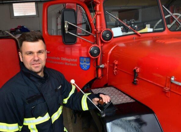 André Emmrich rückt im Ernstfall nicht nur mit dem 55 Jahren alten Einsatzfahrzeug der Marbacher Feuerwehr aus. Auch in Dresden engagiert er sich bei den Löschkräften.