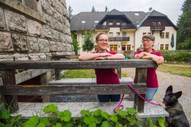 Anna Simmel (links) führt den Gasthof auf dem Kuhberg. Sie wohnt dort auch mit Mischlingshündin Neyla. Andrea Teubner ist eine der beiden Mitarbeiterinnen des Gasthofes.