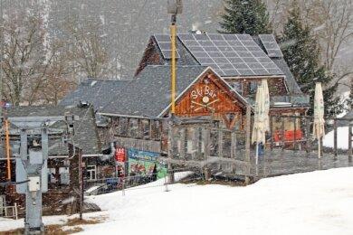 Keine Skisaison: Am Lift in Holzhau, wo sich im Winter sonst die Skisportler tummeln, herrscht wegen Corona Ruhe.