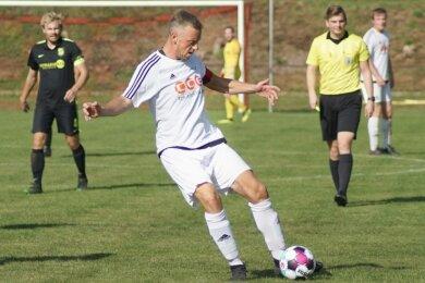 Nachdem ESV-Kapitän Maximilian Jentzsch verletzt vom Platz musste, übernahm Steven Kretschmar (am Ball) die Binde..