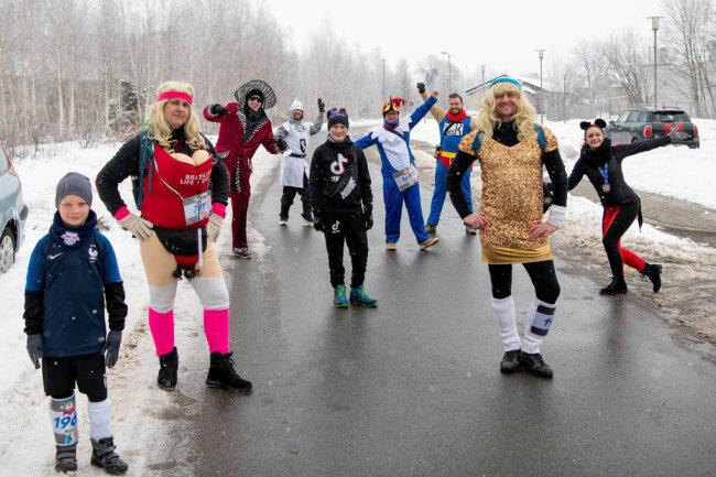 MItglieder vom Männerballett starteten um 11.11 Uhr zum Lauf.