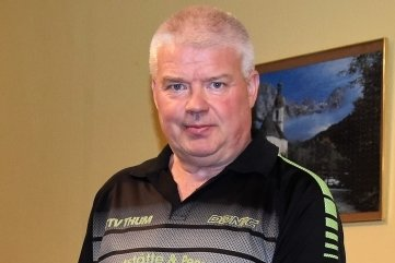Lutz Richter vom TTV Thum zieht den Belag von seiner Kelle. In dieser Saison wird sie für Punktspiele nicht mehr gebraucht.