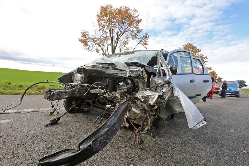 Heftige Kollision: Mitsubishi prallt gegen Baum
