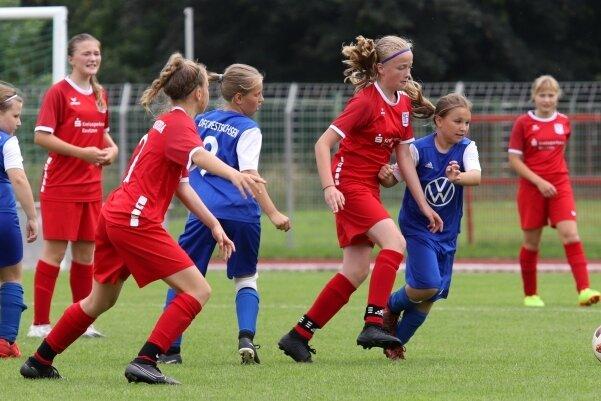 Szene aus dem D-Juniorinnen-Spiel zwischen dem DFC Westsachsen Zwickau (blaue Trikots) und dem Bischofswerdaer FV.