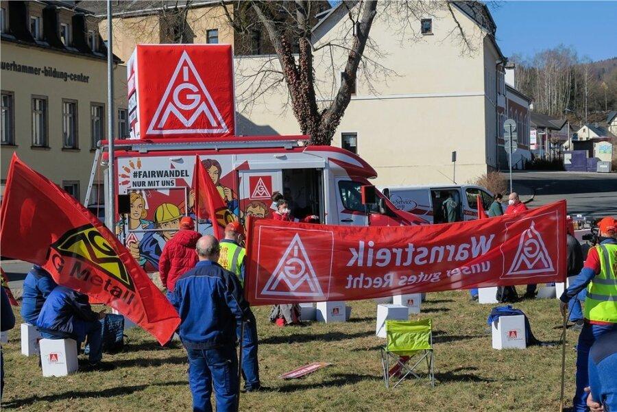 Die IG Metall ist mit ihrem Streikmobil vor Ort in Aue.
