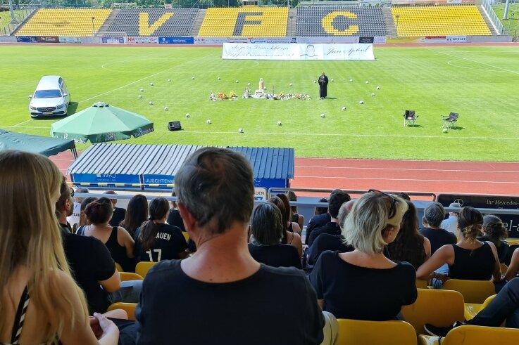 Abschied von VFC-Spieler Jan S. Eine bewegende Trauerfeier fand am Freitagmittag im Plauener Vogtlandstadion statt.