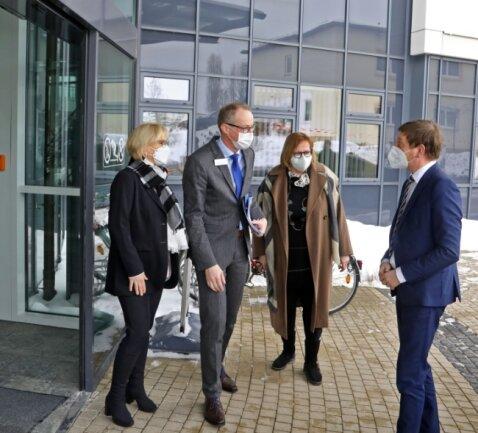 Landkreis-Beigeordnete Angelika Hölzel, Krankenhausgeschäftsführer Christian Wagner und CDU-Landtagsabgeordnete Ines Springer empfingen Ministerpräsident Michael Kretschmer (von links) am Eingang des Krankenhauses.