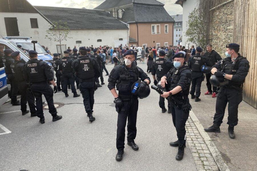 Zahlreiche Polizisten waren in Zwönitz im Einsatz. Mehrere von ihnen wurden verletzt.