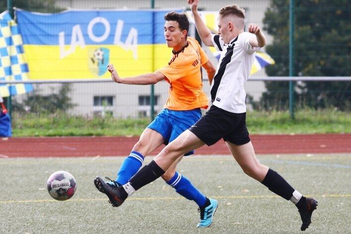 Keine Chance haben Luca Lautz (l.) und der VfB Annaberg dem SV Eintracht Bermsgrün - im Bild Lucas Loosen - beim 6:0 gelassen. Die Belohnung dafür ist der Sprung an die Tabellenspitze der Erzgebirgsliga.