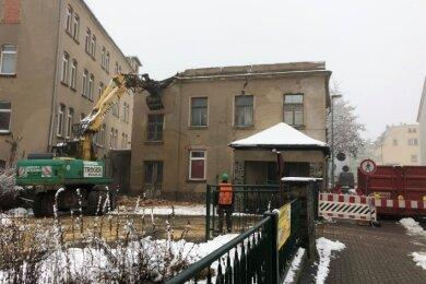 Im Auftrag des Landratsamtes wird das ehemalige Verwaltungsgebäude der Zweiga an der Pestalozzistraße in Neukirchen abgerissen.