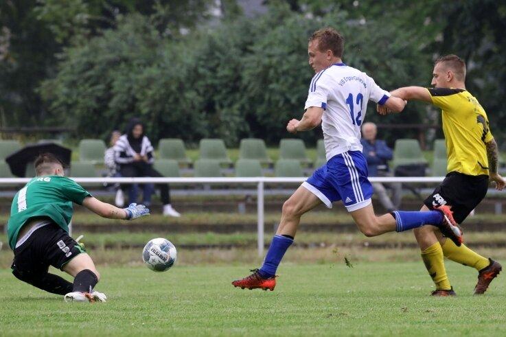 Glauchaus Karl Unger (Mitte) blieb beim Testspiel am Samstag gegen Freiberg ohne eigenen Treffer. Da der VfB Empor 4:0 gewann, war dies jedoch zu verschmerzen.