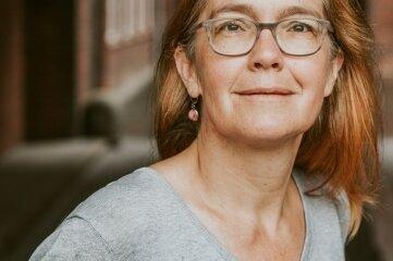 """Heike Kleffner ist mit Matthias Meisner Herausgeberin des Sammelbandes """"Fehlender Mindestabstand"""". Darin kommen Experten zu Wort, die vor antidemokratischen Entwicklungen warnen."""